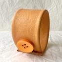 Bőr karkötő, Világos narancssárga , Ékszer, Karkötő, A karkötő valódi bőrből készült.  Mérete begombolva körbe 20 cm, szélessége 4,5 cm.   , Meska