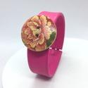 Pink valódi bőr karkötő rózsás fagombbal, Ékszer, Karkötő, A bőr karkötő saját elgondolás, tervezés alapján készült. Gombbal kapcsolódik és motívumos fagomb a ..., Meska