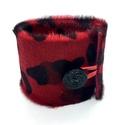 Exkluzív, kárminvörös-fekete szőrmés bőr karkötő, Ékszer, Karkötő, A karkötő saját tervezéssel, kivitelezéssel készült.  Méretek: begombolva körbe 20,6 cm, szélessége ..., Meska