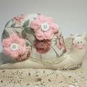 Vintage, shabby chic csiga textilből - rózsás, Játék, Dekoráció, Plüssállat, rongyjáték, Dísz, Újrahasznosított alapanyagból készült termékek, Varrás, Finom színű rózsás anyagból készült csiga, általam horgolt virágokkal kiegészítve, gombokkal, masni..., Meska