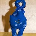 Kékfestő textil cica, Otthon & lakás, Dekoráció, Dísz, Baba-és bábkészítés, Varrás, A kedves cicafigurák puha töméssel készülnek, varrott az orcájuk textil festékkel készült. Akasztha..., Meska