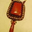 Vörös jáspis bronzba és világos topázba foglalva, Himzett medál. Egy vörös jáspis követ hímezt...