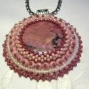 Rodonit csupa rózsaszinben, himzett medál,, Egy nagyméretű rodonit ásványt foglaltam be hi...
