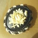 Fehér rózsa, fehérben, feketében, kitűző, Egy nagyon szép fekete alapon fehér,de inkább v...