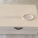 Elegáns doboz, Esküvő, Nászajándék, Gyöngyházfehér színű csipkemintával és 3D díszítéssel készült, bronz színű fém fogóv..., Meska