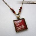 Vörös álom-antikolt bronz nyaklánc négyzetes, üveglencsés medállal és üveggyöngyökkel, Ez a virágmintás, vintage jellegű nyaklánc ant...