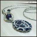 Fekete-sötétkék elegáns nyaklánc, Ezüst színű alapon üveglencsés medállal, rop...