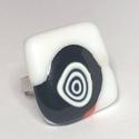 Csigusz, Ékszer, Gyűrű, Négyzet formájú, többrétegű üveg összeolvasztásával készülő egyedi termék. Mérete~2,6..., Meska