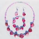 Rózsaszín kagyló nyaklánc+ fülbevaló+ karkötő szett, Ékszer, Nyaklánc, Ékszerkészítés, Gyöngyfűzés, Rózsaszín kagylóból, fehér teklagyöngyből, áttetsző rózsaszín kristályos roppantott gyöngyből és fe..., Meska