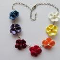 Árvácskás, Ékszer, Nyaklánc, Ezt a színes könnyű nyakláncot műanyag gyöngyházfényű virágokból, teklagyöngyökből és platina színű ..., Meska
