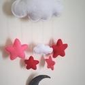 Babaszoba dekoráció/függődísz , Baba-mama-gyerek, Gyerekszoba, Mobildísz, függődísz, Varrás, Filc anyagból készített, sötét és világos rózsaszín csillagok, fehér felhők, szürke hold. Ez a baba..., Meska