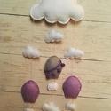 Babaszoba dekoráció/függődísz (Lila) , Baba-mama-gyerek, Gyerekszoba, Mobildísz, függődísz, Varrás, Puha filc anyagból készített fehér felhők amik között lila hőlégballonok repkednek.   Hossz: 63 cm ..., Meska