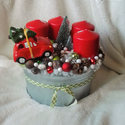 Piros-zöld adventi box, Dekoráció, Karácsonyi, adventi apróságok, Ünnepi dekoráció, Karácsonyi dekoráció, Virágkötés, Bádog dobozban kapott helyet egy piros kisautóval, termésekkel, gyertyákkal díszített adventi box. ..., Meska