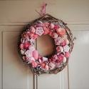 Rózsaszín álom ajtódísz , Dekoráció, Otthon, lakberendezés, Ajtódísz, kopogtató, Virágkötés, Egy vesszőalap amely rózsaszín virágokkal és termésekkel van díszítve. Méret: 20-25 cm , Meska