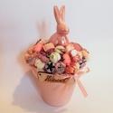 Húsvéti nyuszis asztaldísz , Húsvéti díszek, Otthon, lakberendezés, Asztaldísz, Virágkötés, Műanyag cserépbe készített tavaszi/húsvéti asztaldísz, virágokkal, termésekkel és egy kerámia nyusz..., Meska