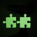 Sötétben világító puzzle fülbevaló, Ékszer, óra, Fülbevaló, Hőre keményedő gyurmából készült puzzle füli. Hossza 2,5 cm.  Sötétben világít, alapszíne fehéres...., Meska