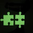 Sötétben világító puzzle fülbevaló, Ékszer, óra, Fülbevaló, Hőre keményedő gyurmából készült puzzle fülbevaló. Hossza 2,5 és 3 cm.  Sötétben világít, alapszíne ..., Meska