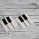 Zongora fülbevaló, Ékszer, óra, Fülbevaló, A füli hőre keményedő gyurmából készült zongora fülbevaló, méretei 2,7x2,3, saját készítésű ezüstözö..., Meska