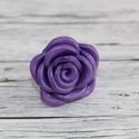 Lila rózsa gyűrű, Ékszer, óra, Gyűrű, Hőre keményedő gyurmából készült rózsa gyűrű, állítható méretű. Átmérője 3 cm. Napfényben szikrázóan..., Meska