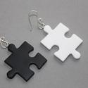 Fekete-fehér felemás alakú puzzle fülbevaló, Ékszer, óra, Medál, Nyaklánc, Hőre keményedő gyurmából készült fekete-fehér puzzle fülbevaló. Mérete 2,5 és 3 cm.  Saját készítésű..., Meska