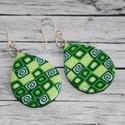 Zöld csepp fülbevaló, Ékszer, óra, Fülbevaló, Hőre keményedő gyurmából készült zöld fülbevaló. Hossza 3,3 cm. Saját készítésű ezüstözött antialler..., Meska
