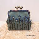 Kék nefelejcsek - kézzel hímzett szívkapcsos pénztárca, FlowerGardens - Virágos tarsolyok - KÉSZLETEN  F...