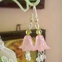 Fairy Lilly, Ékszer, Esküvő, Fülbevaló, Esküvői ékszer, Rózsaszín akril virág zöld és áttetsző üveg gyöngyökkel. A fülbevaló 4.5 cm hosszan lóg..., Meska