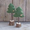 Horgolt hangulat - zöld karácsonyi dekorációs szett.(mini), Otthon, lakberendezés, Dekoráció, Ünnepi dekoráció, Karácsonyi, adventi apróságok, Horgolás, Újrahasznosított alapanyagból készült termékek, Zöld akril fonalból horgoltam a két puha, kitömött fenyőfát. A talpakvastag faágból készültek, alju..., Meska