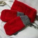 Piros kötött fejpánt + kesztyű, szürke és piros, szivecskés mintával, Ruha, divat, cipő, Kendő, sál, sapka, kesztyű, Kesztyű, Kötés, Középvastag akril szálból kötöttem ezt a vidám garnitúrát.   Megvidámítja az ünnepeket, hétköznapok..., Meska