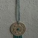 Horgolt medál, álomfogó mintájára, Ékszer, Medál, 7cm átmérőjű,  fém karikát (vékony karkötőt) horgoltam be ekrű cérnával.  Középpen tü..., Meska