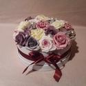 Rózsadoboz, Dekoráció, Esküvő, Otthon, lakberendezés, Szerelmeseknek, Polyfoam rózsák 20cm átmérőjű karton dobozban. Termék magassága kb. 12 cm., Meska