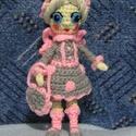 Horgolt tündér , Játék, Játékfigura, 19 cm magas horgolt kis tündér, szürke és rózsaszín alapszínekkel készült ruhában ,sapkában és kistá..., Meska