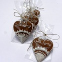 Egyszerű csipke,natúr alapon,köszönő ajándéknak,esküvőre, Dekoráció, Ünnepi dekoráció, Dísz, 5 db natúr alapra készült 8X7 cm méretű szív.  Két keresztnévvel feliratozott,fehér csipke mintával...., Meska