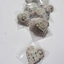 """""""Levendula helyett"""" Levendula színű virággal díszített szív,esküvőre,szóróajándékként,bármilyen alkalomra, Dekoráció, Esküvő, Dísz, Ünnepi dekoráció,  Tartalma:  10 db!!! kis méretű (4-4,5 cm x 4,5 cm)hosszúkás mézeskalács  Fehér mázas alappal,lila-f..., Meska"""