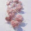 """Pasztell rózsaszín,pasztell kék mézeskalácsszív  csomag,esküvőre,szóróajándékként,ültetőnek stb., Dekoráció, Esküvő, Dísz, Ünnepi dekoráció, Tartalma:  15db!!! kis méretű (4-4,5cm x4cm)mézeskalács szív.Pasztell alapon fehér írókával  """"virágo..., Meska"""