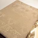 Esküvői hímzett fotóalbum., Otthon & lakás, Gyerek & játék, Naptár, képeslap, album, Jegyzetfüzet, napló, Fotóalbum, Drappos-khakis damaszttal borított bélelt esküvői fotóalbum hímzéssel és megkötővel.  Mérete 20X25cm..., Meska
