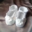 Horgolt baba cipő, Ruha, divat, cipő, Gyerekruha, Baba (0-1év), Hófehér acryl fonalbóll horgoltam ezt a kis cipőt,horgolt virágokkal és gyöngyökkel díszítettem. Tal..., Meska