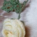 Horgolt rózsa, Dekoráció, Csokor, Dísz, Vaj színű fonalból horgoltam ezt a rózsát középen egy gyöngy szemmel.A szára és levele drót,amit tel..., Meska
