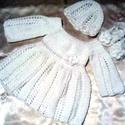 Horgolt baba ruha szett, Baba-mama-gyerek, Ruha, divat, cipő, Gyerekruha, Baba (0-1év), Puha akril fonalból készült ez a hófehér horgolt ruha szett. Méret 56-os,a cipőcske 9 cm,a sapi 35-3..., Meska