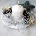 Karácsonyi asztaldísz,adventi koszorú, Dekoráció, Ünnepi dekoráció, Karácsonyi, adventi apróságok, Karácsonyi dekoráció, Fehér porcelán kistányér képezi az asztaldísz alapját. Ezt díszítettem ezüst tobozzal gyertyával,gyö..., Meska