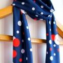 Piros/fehér pöttyös kék sál, Vékony, puha anyag, aminek azért van súlya. A s...
