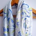 Fehér-kék virágos körsál, sál, selyem és pamut anyagból, Ennek a sálnak az egyik oldala újrahasznosított...