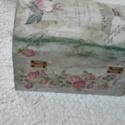 Vintage doboz 2., Otthon, lakberendezés, Tárolóeszköz, Doboz, Akril festékkel és dekupázs technikával készült gyönyörű fadoboz, a mérete 19x14,5x13 cm., Meska