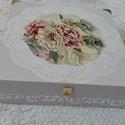 Virágos tárolódoboz, Otthon, lakberendezés, Tárolóeszköz, Doboz, Akril festékkel és dekupázs technikával készült gyönyörű fadoboz, a mérete 24x24x6,5 cm., Meska