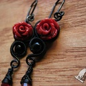 Vörös rózsa, Ékszer, Fülbevaló, Fekete ékszerdrótból, műgyanta rózsából és piros üveggyöngyből készült gót fülbevaló.  Méret: 5 cm h..., Meska