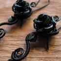 Fekete Rózsa, Ékszer, Fülbevaló, Gót stílusú fülbevaló fekete ékszerdrótból, műgyanta rózsából, Swarovski gyöngyből és szirom alakú ü..., Meska