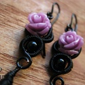 Lila Rózsa, Ékszer, Fülbevaló, Ezt a gót stílusú fülbevalót fekete ékszerdrótból tekergettem, lila műgyanta rózsával, üveggyönggyel..., Meska