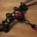Vörös rózsa nyaklánc, Ékszer, Nyaklánc, Gótikus stílusú nyakék fekete ékszerdrótból, piros műgyanta rózsából és üveggyöngyből. A drótozott r..., Meska