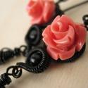 Mályva Rózsa, Ékszer, Fülbevaló, Fekete ékszerdrótból, mályva színű műgyanta rózsából és fekete üveggyöngyökből készült fülbevaló.  T..., Meska