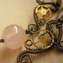 Vénusz hercegnő, Ékszer, Fülbevaló, Steampunk fülbevaló sárgaréz drótból, fogaskerékből és rózsakvarcból.  Az ékszert antikoltam, majd p..., Meska